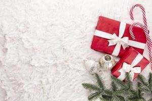 Geschenkbox, Weihnachtsschmuck auf Wollhintergrund foto
