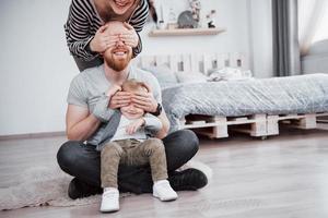 glückliche familienmutter, vater, kindertochter zu hause foto