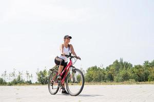 sorglose Frau, die in einem Park Fahrrad fährt foto