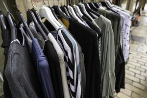 Kleider hängen an Kleiderbügeln foto