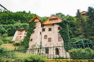 altes Steingebäude mit Kletterefeu bedeckt foto