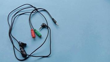 Foto eines kabelgebundenen externen Mikrofons mit Kabel, das an ein Smartphone oder einen Laptop angeschlossen wird