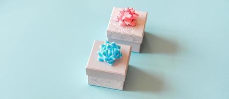 Geschenkboxen auf blauem Hintergrund. foto