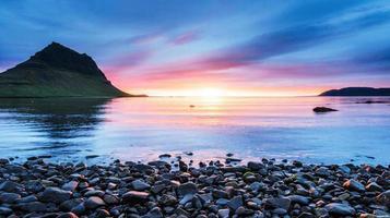der malerische Sonnenuntergang über Landschaften und Wasserfällen. Kirkjufell-Berg. Island foto
