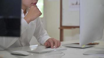 Mann Hand auf der Tastatur und schaut auf den Computerbildschirm. foto
