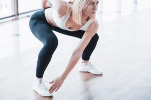 aktives Mädchen im Fitnessstudio. Konzept Training gesunder Lebensstil Sport foto