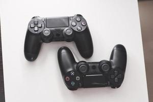 Joystick von der Spielekonsole auf einem weißen Tisch foto