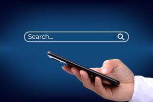 Geschäftsmann mit Smartphone auf blauem Hintergrund foto