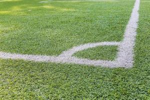 weißer Streifen auf dem grünen Fußballfeld foto