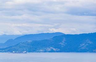Panoramablick von der Ilha Grande zum Terminal da Petrobras Brasilien. foto