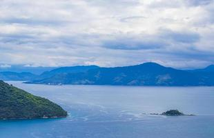 Panoramablick von Ilha Grande nach Angra Dos Reis Brasilien. foto