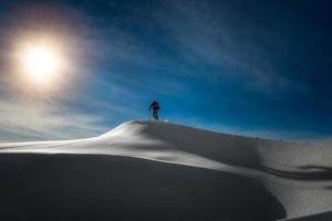 Skifahrer Alpinist im Gipfel foto