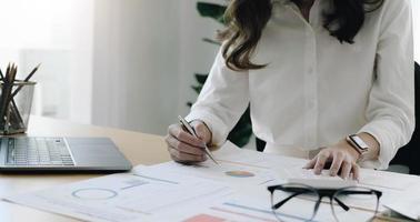 Finanzberatungsdienste. Gruppe von Unternehmensberatern, die einen Plan zeigen foto