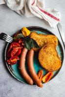 Abendessen auf einem Teller serviert foto