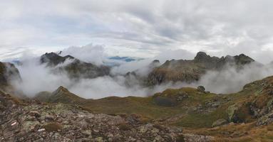 Alpenpanorama mit Wolken in den Tälern foto