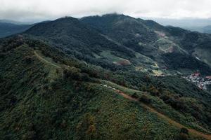 Berge und grüne Bäume während des Tages foto