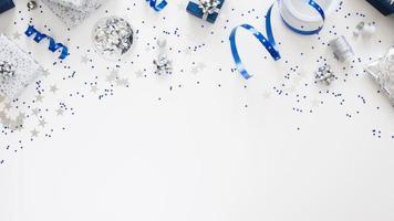 flach legen komposition festlich verpackte geschenke foto