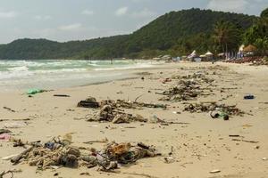 Plastikmüll und Umweltverschmutzung auf der Insel Sao Beach Phu Quoc, Vietnam. foto