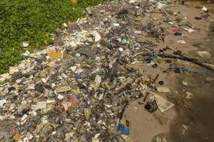 Verschmutzung am Strand auf der Insel Phu Quoc, Vietnam. foto