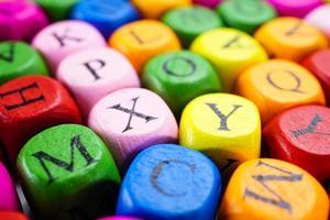 Englisches Alphabet buntes Holz für das Lernen in der Bildungsschule. foto