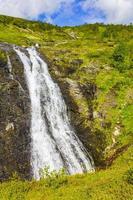 erstaunliche norwegische landschaft mit wunderschönem flusswasserfall in vang norwegen foto