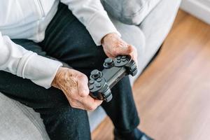 Ernte ältere Frau mit Gamepad zu Hause foto