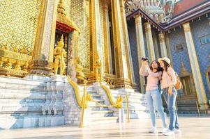 Frauen Freunde Reisende Sightseeing im Tempel Thailand foto