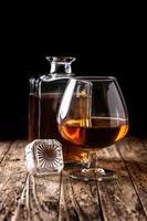 Cognac- oder Whisky-Drink auf rustikal foto