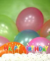 Feier mit Luftballons, Kerzen und Kuchen foto