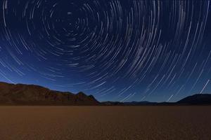 Nachtbelichtung Sternspuren des Himmels im Death Valley Kalifornien foto