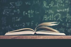 offenes Buch mit grünem Bretthintergrund foto