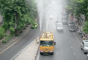 bangkok, thailand- der wassersprühwagen zur behandlung der luftverschmutzung foto