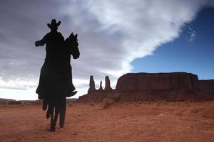 Drei-Schwestern-Denkmal mit Cowboy-Silhouette foto
