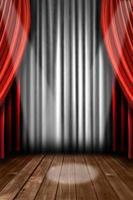 vertikale Bühnenvorhänge mit Spotlicht foto