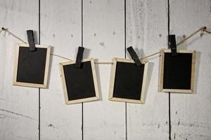 filmische Tafeln, die an einem Seil hängen, das von Wäscheklammern gehalten wird foto