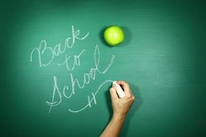 zurück zur Schule auf eine Tafel geschrieben foto