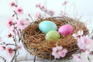 Stillleben-Szene zum Thema Ostern in natürlichem Licht foto