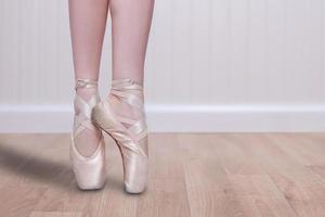 perfekte Balletttänzerin en pointe mit Textfreiraum foto