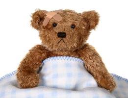 brauner teddybär sieht traurig aus foto