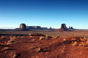 Monument Valley an einem strahlend blauen Himmelstag foto
