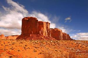 einzelne große Felsformation im Monument Valley foto