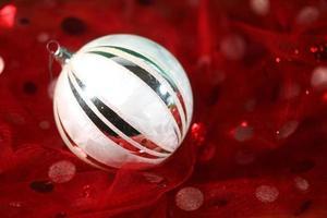 Weihnachtsschmuck auf festlichem Stoff foto