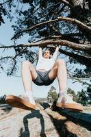 Super Nahaufnahme Weitwinkelaufnahme eines Mannes, der während der Ferien an einem Baum hängt, Freiheit und verspielte Konzepte, junge alte Leute foto