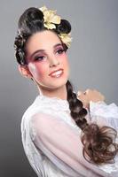 atemberaubende Frau mit sauberem und perfektem Make-up foto