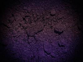 dunkle erde textur im garten foto