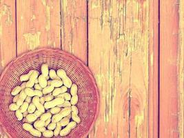 Erdnüsse auf dem hölzernen Hintergrund foto