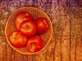 Äpfel auf dem hölzernen Hintergrund foto