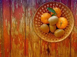 Obst auf dem hölzernen Hintergrund foto