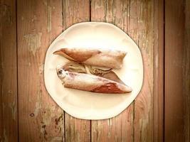 Tintenfisch auf Holzuntergrund foto