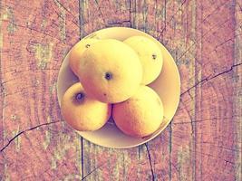 Orangen auf Holzuntergrund foto